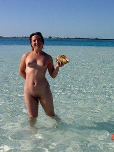 Русская нудистка 30ти лет отдыхает на морском курорте с мужем