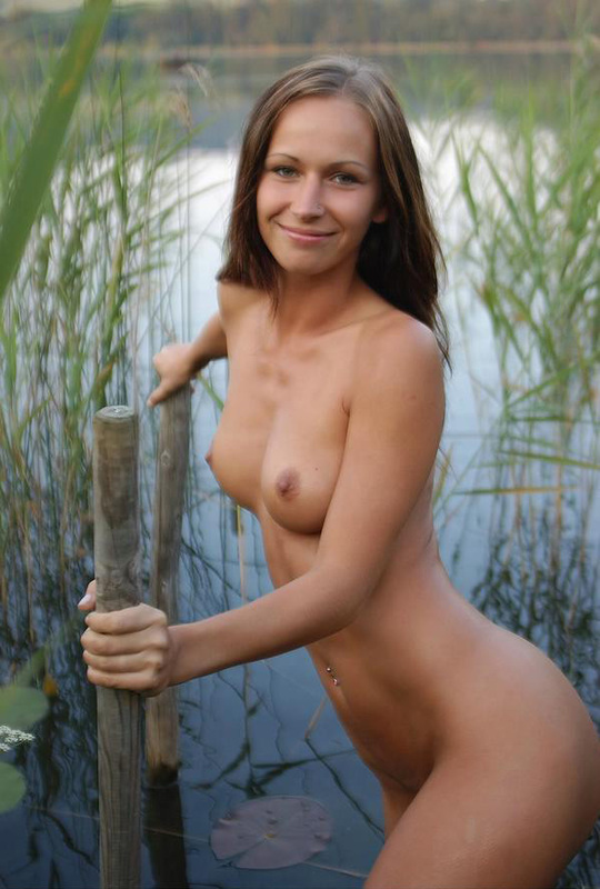 Красивая девушка собралась искупаться в озере 7 фото