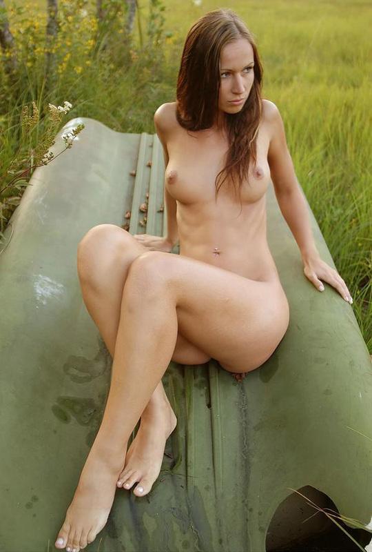 Красивая девушка собралась искупаться в озере 10 фото