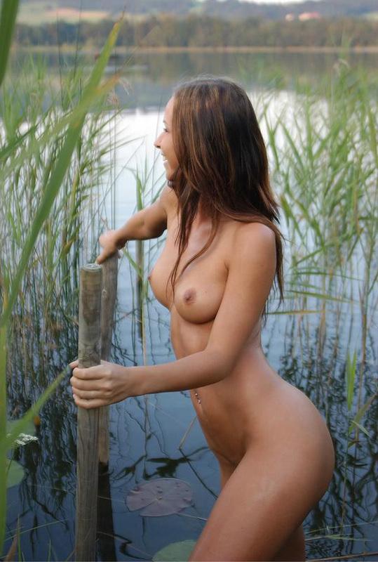 Красивая девушка собралась искупаться в озере 4 фото