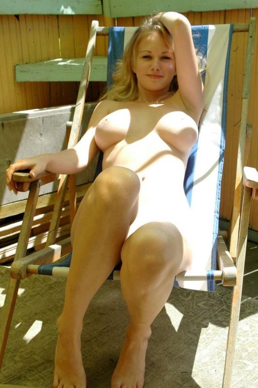 Блондинка в шляпе оголилась на балконе и показала сочные дойки 7 фото