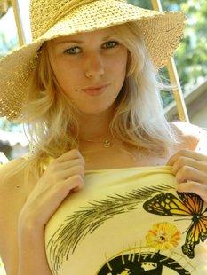 Блондинка в шляпе оголилась на балконе и показала сочные дойки