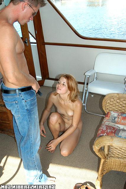 Худенькую девку трахают в разных позах на яхте 9 фото