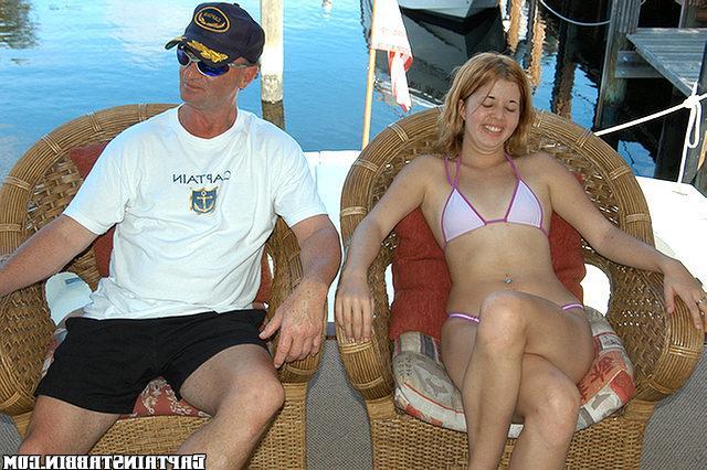 Худенькую девку трахают в разных позах на яхте 5 фото
