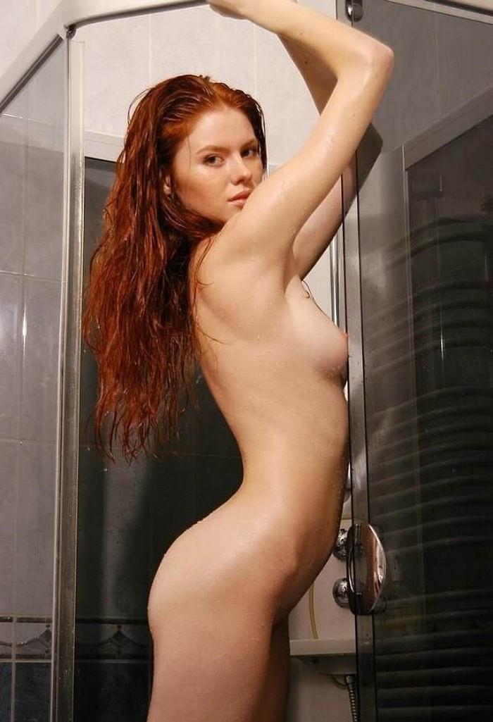 Молодая девка с рыжими волосами позирует голая на кожаном диване 3 фото