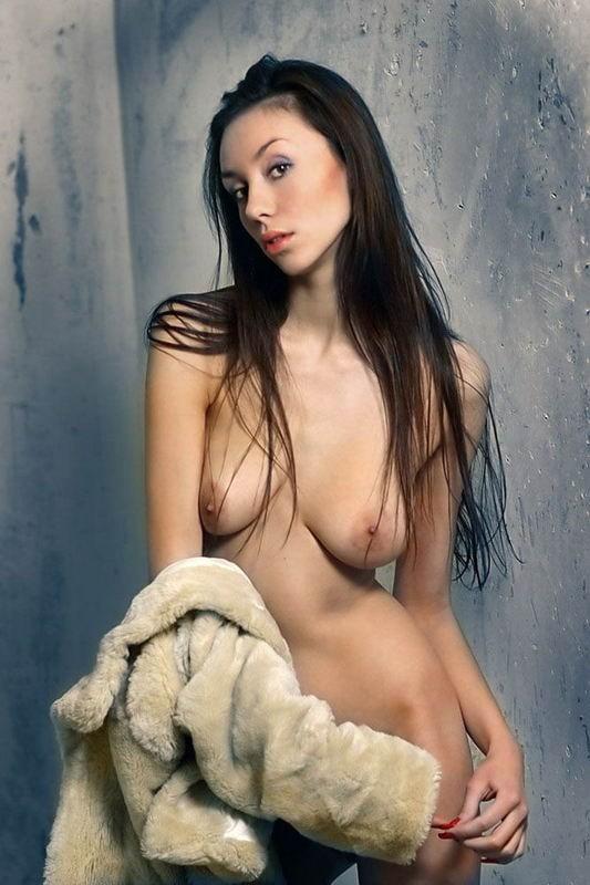 Молодая девка с рыжими волосами позирует голая на кожаном диване 6 фото