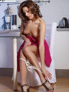 Обворожительная брюнетка показала вагину