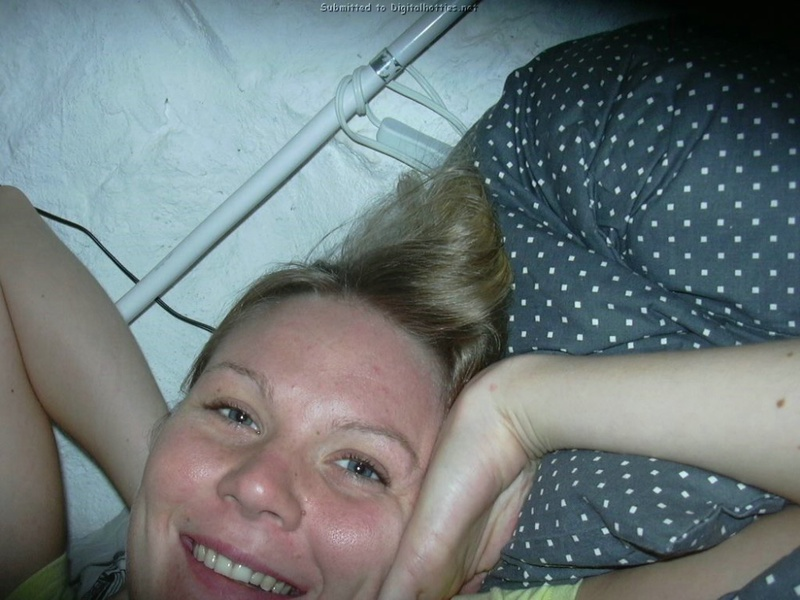 Грудастая кокетка с радостью трахается с партнером 2 фото