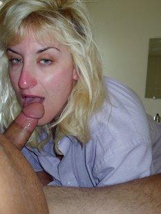 Зрелая блонда показала свою грудь
