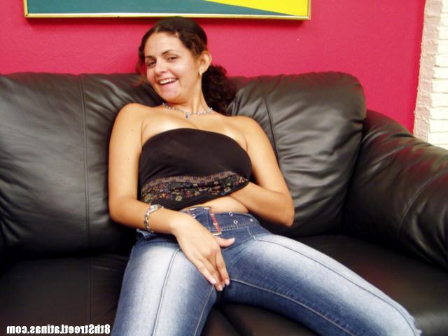 Латинка сняла джинсы с розовыми трусиками и трахается на кастинге 6 фото