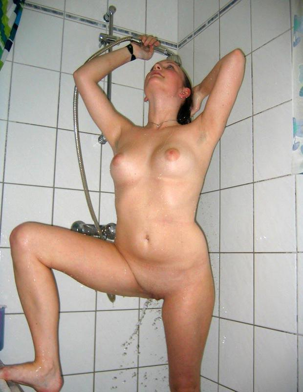 20летняя девушка демонстрирует сочную фигуру на диване и в ванной 15 фото