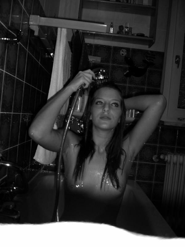 Молодая девка моется в ванной и позирует голой 2 фото