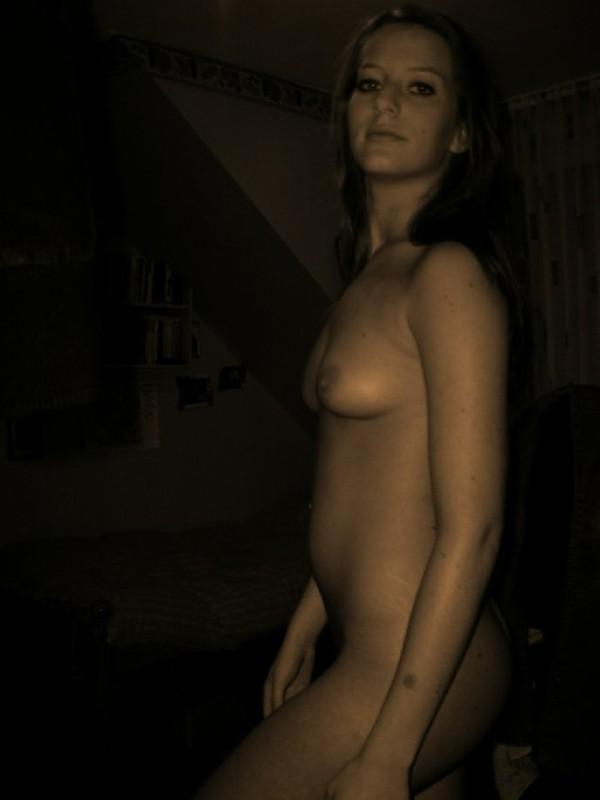 Молодая девка моется в ванной и позирует голой 5 фото