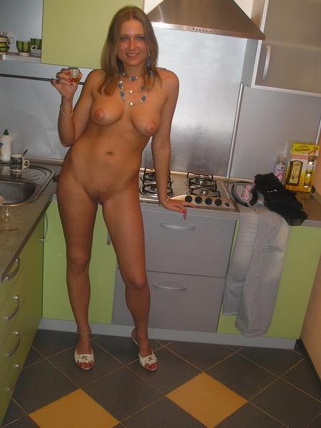 Сиськастая домохозяйка показывает на кухне писю 2 фото