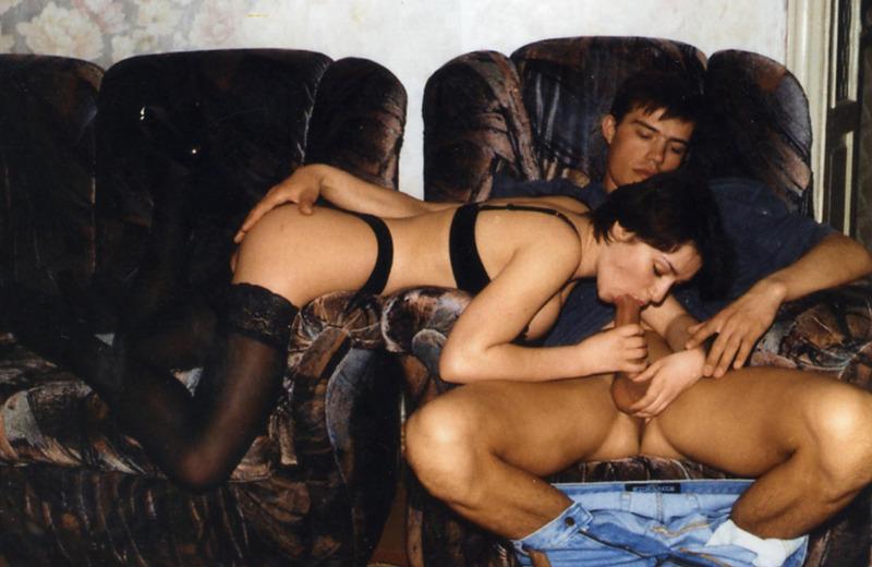 Парень ублажает сисястую брюнетку куни и дерет её киску в кресле 3 фото