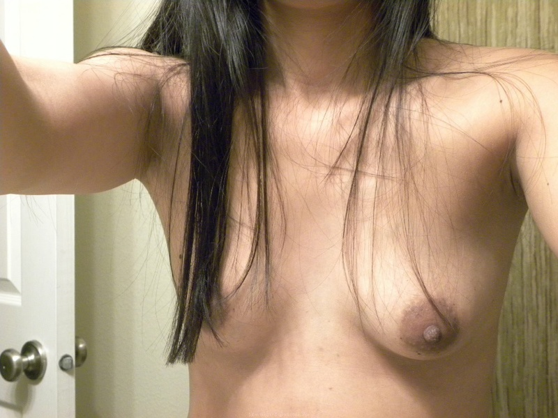 Сексуальная индианка сняла трусики на диване и раскрыла киску 2 фото