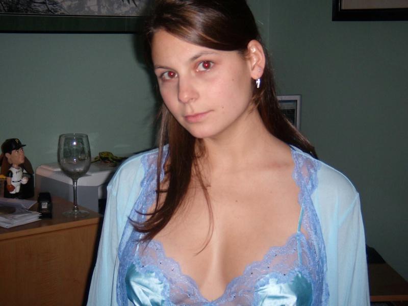 Молодая милашка позирует дома в нижнем белье 1 фото