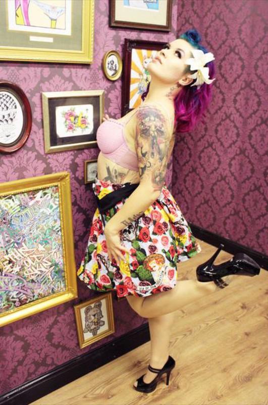 Эротика от татуированной крашенной мамаши в гостиной 7 фото