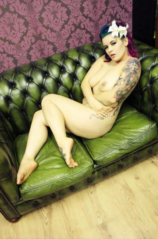 Эротика от татуированной крашенной мамаши в гостиной 33 фото