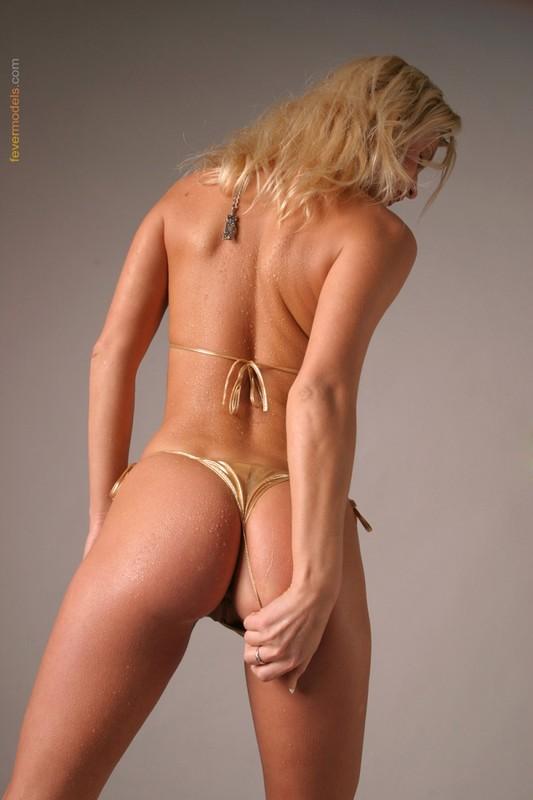 Блондинка в золотистом купальнике раскрыла очко после душа 21 фото
