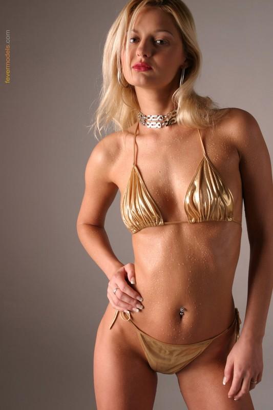 Блондинка в золотистом купальнике раскрыла очко после душа 2 фото