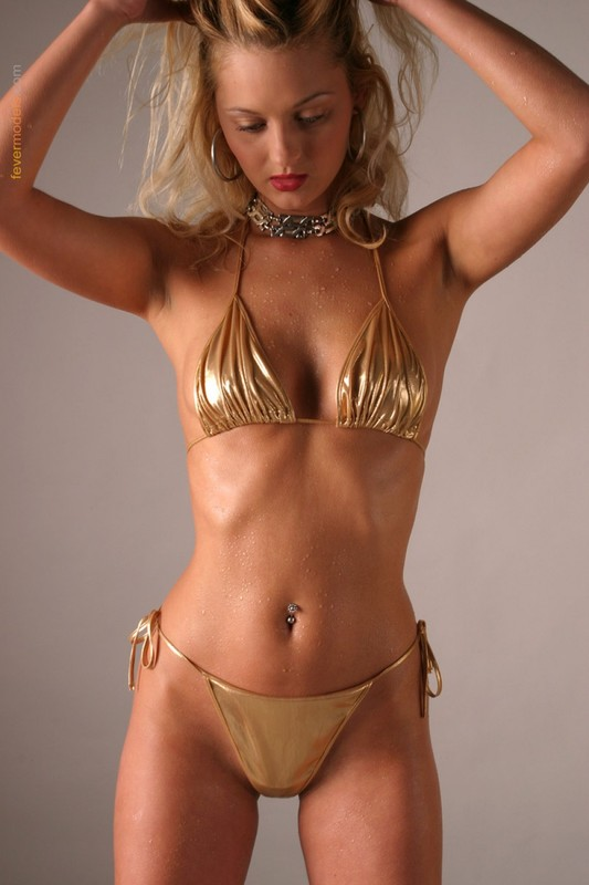 Блондинка в золотистом купальнике раскрыла очко после душа 14 фото