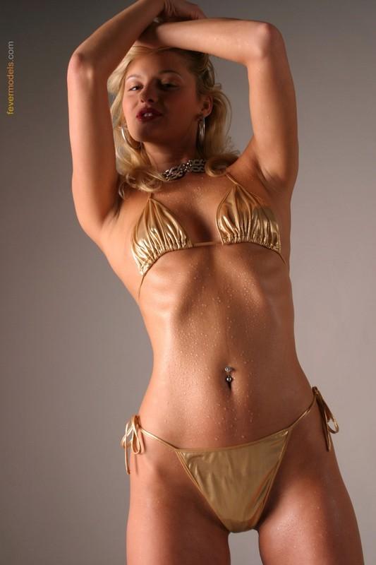 Блондинка в золотистом купальнике раскрыла очко после душа 7 фото