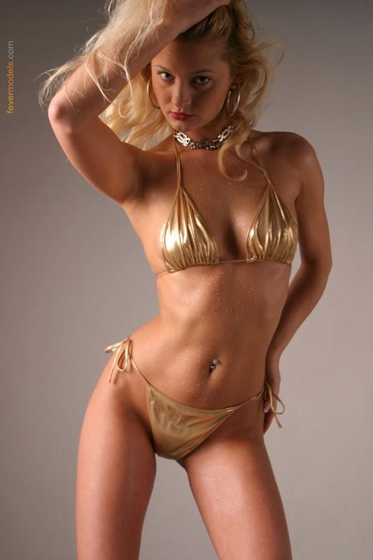 Блондинка в золотистом купальнике раскрыла очко после душа 5 фото