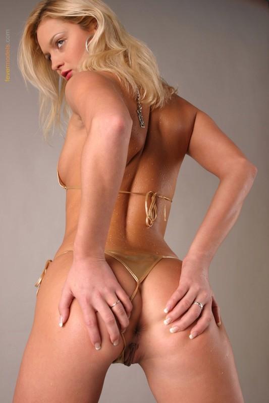 Блондинка в золотистом купальнике раскрыла очко после душа 35 фото