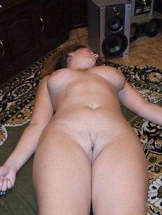 Мамочка обнажила большую задницу крупным планом