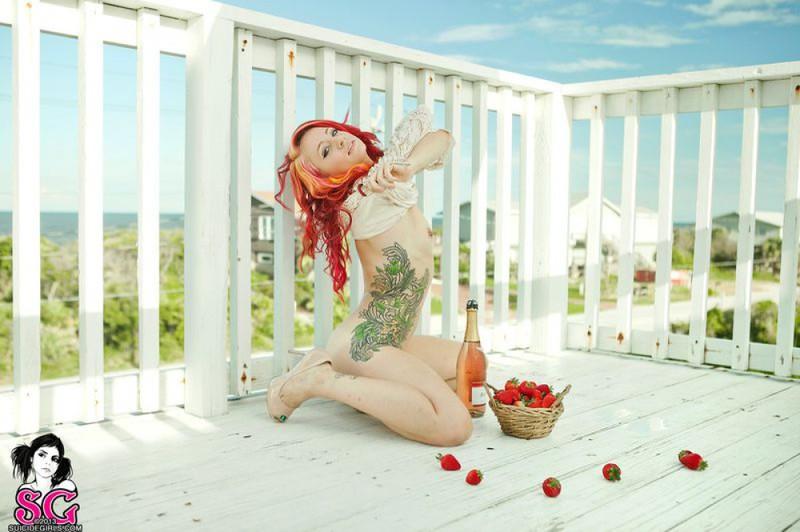 Неформалка с татуировкой позирует возле перил 24 фото