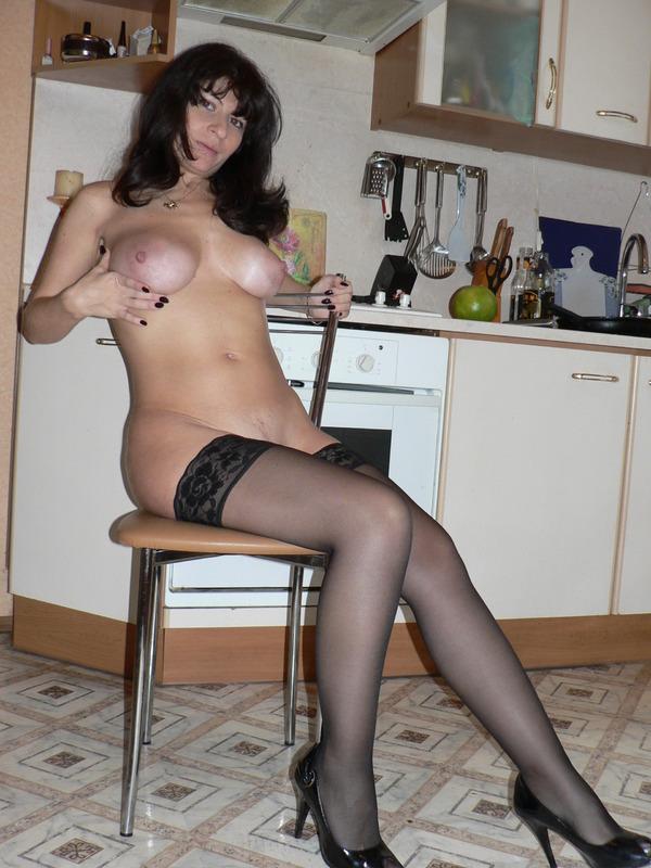 Домохозяйка с большими сиськами из Москвы шалит на камеру 18 фото