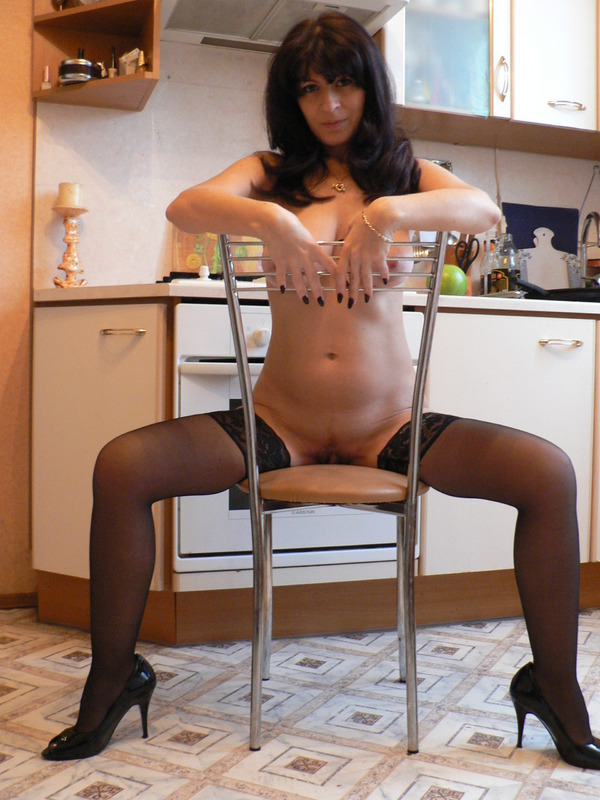 Домохозяйка с большими сиськами из Москвы шалит на камеру 5 фото