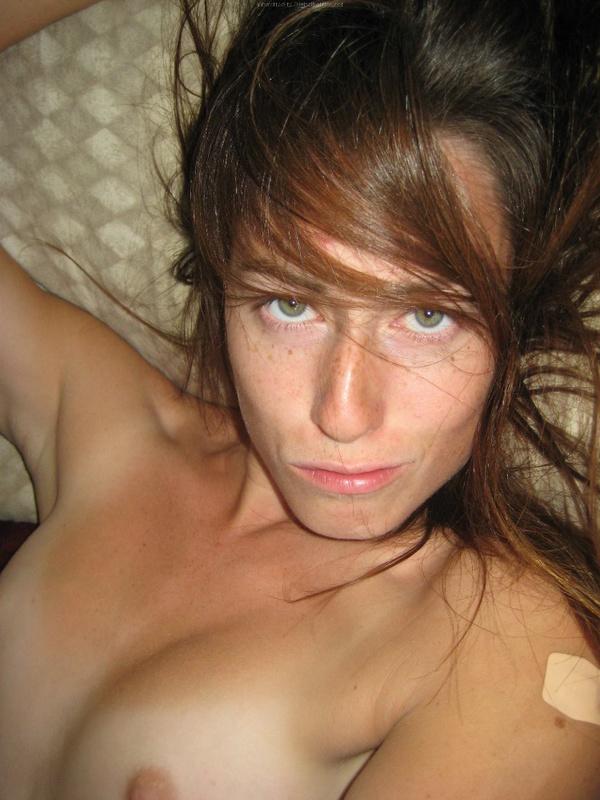 Брюнетка мастурбирует на кровати дома среди беспорядка 2 фото