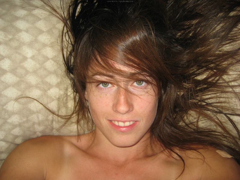 Брюнетка мастурбирует на кровати дома среди беспорядка 1 фото