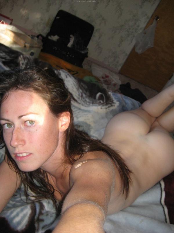 Брюнетка мастурбирует на кровати дома среди беспорядка 7 фото