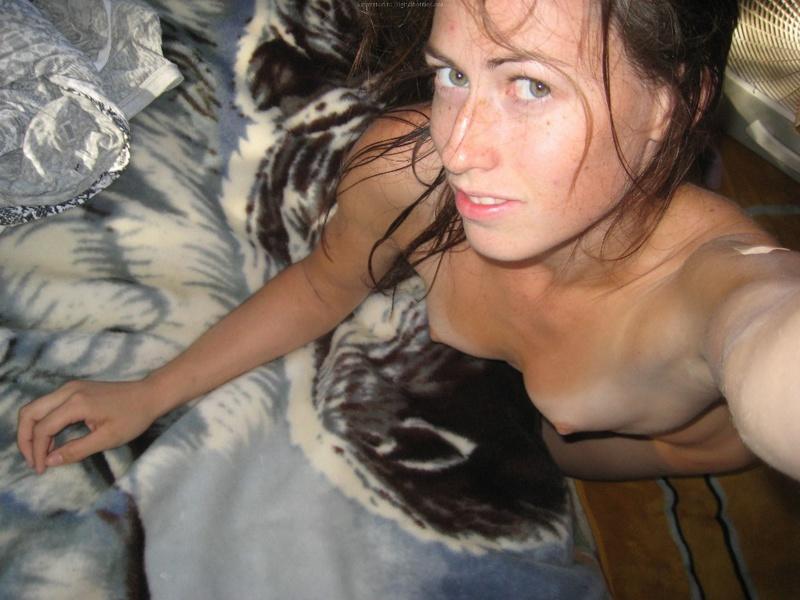 Брюнетка мастурбирует на кровати дома среди беспорядка 24 фото
