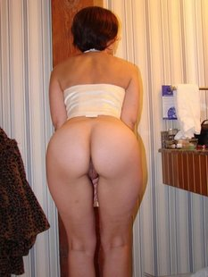Русская брюнетка за границей раздевается в номере отеля и туалете