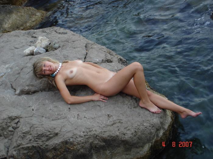 Русская лесбиянка позирует на море одна и с рыжей любовницей 9 фото