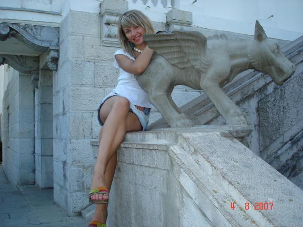 Русская лесбиянка позирует на море одна и с рыжей любовницей 5 фото
