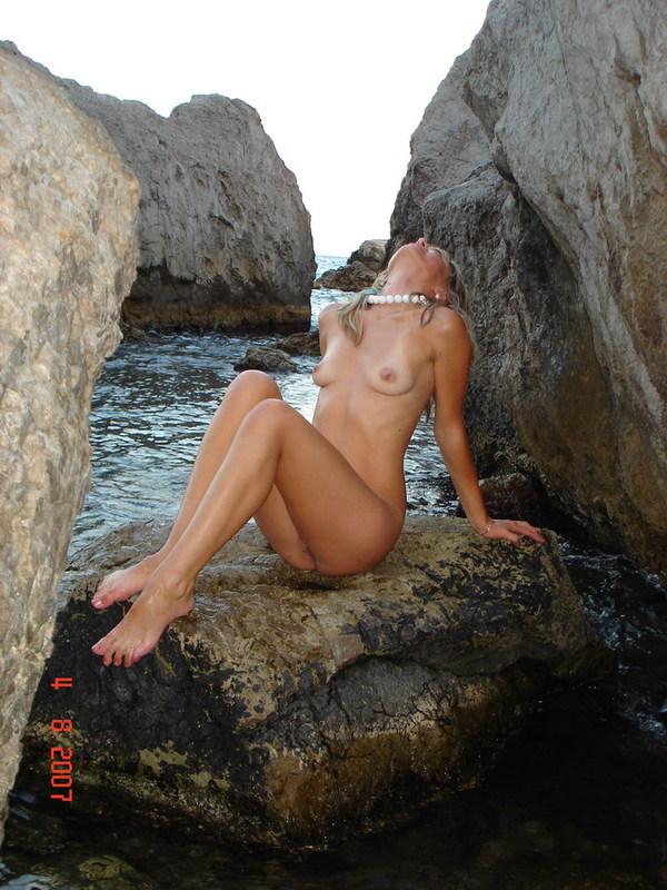 Русская лесбиянка позирует на море одна и с рыжей любовницей 8 фото