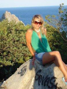 Русская лесбиянка позирует на море одна и с рыжей любовницей