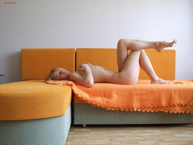 Сексуальная блондинка позирует дома в разном белье и голая 16 фото