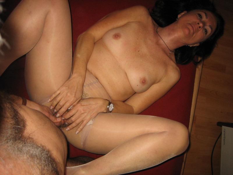 После минета волосатая манда мамки приняла пенис любовника 9 фото