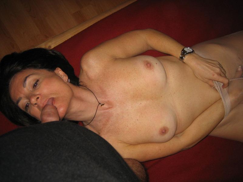 После минета волосатая манда мамки приняла пенис любовника 10 фото