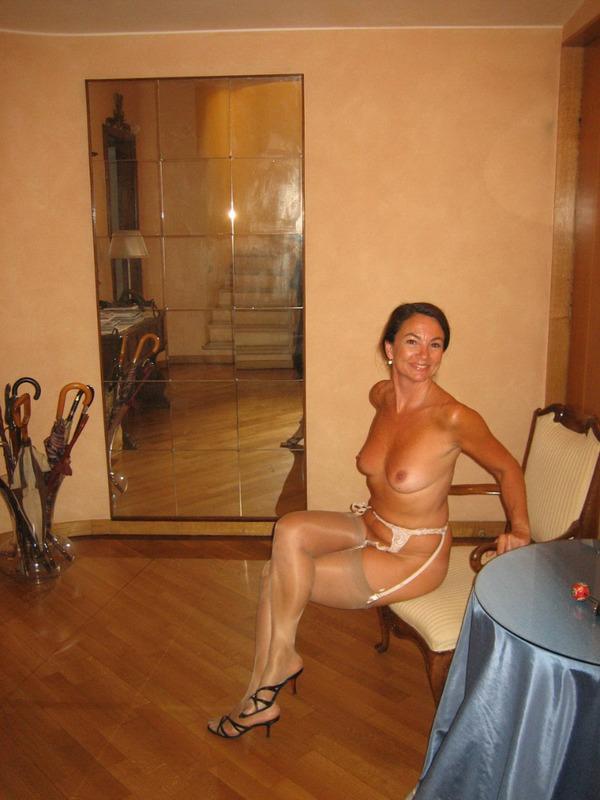 После минета волосатая манда мамки приняла пенис любовника 3 фото