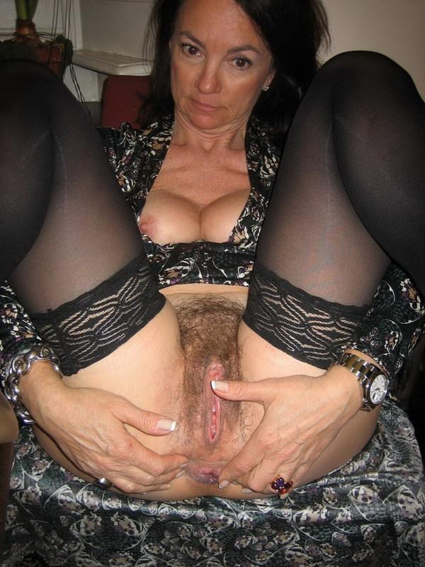 После минета волосатая манда мамки приняла пенис любовника 5 фото