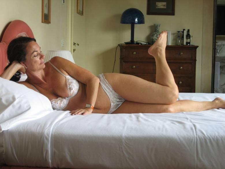 После минета волосатая манда мамки приняла пенис любовника 15 фото