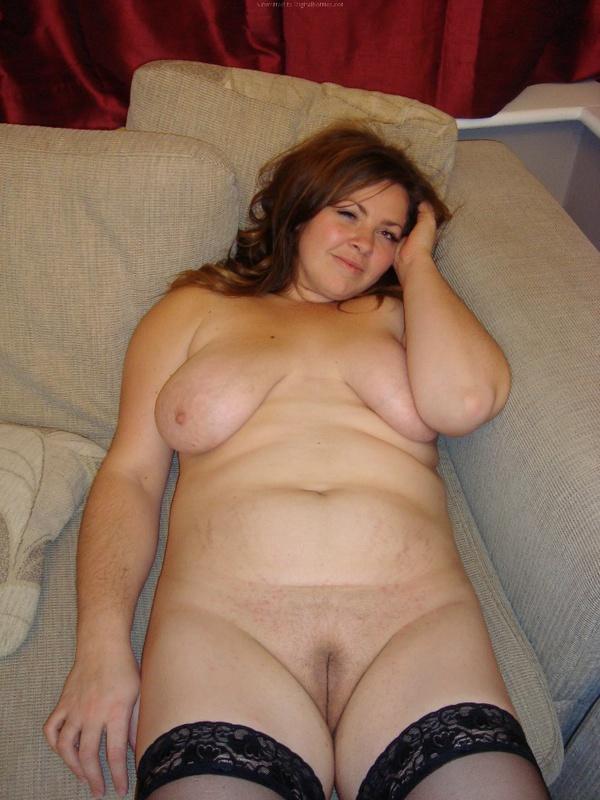 Полная девушка в чулках лежит дома на полу 14 фото