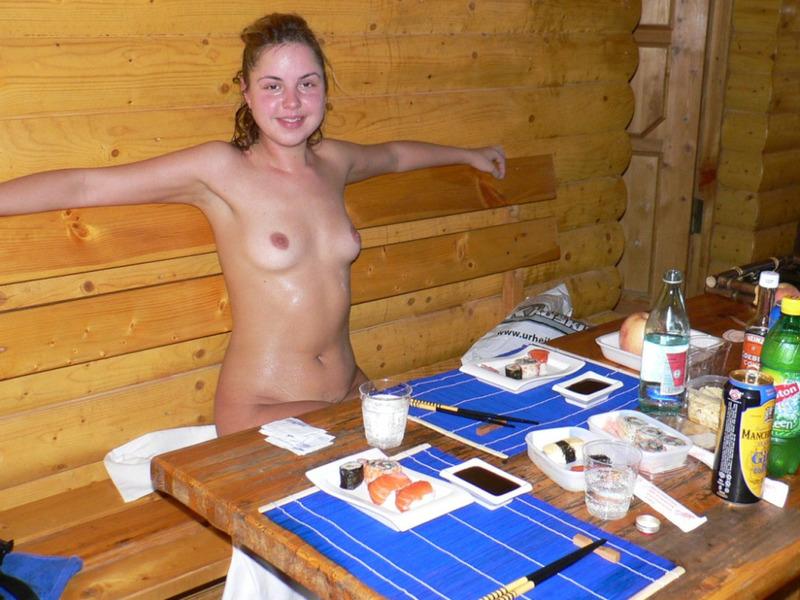 Русская девушка пришла в баню погреться и поесть суши 5 фото